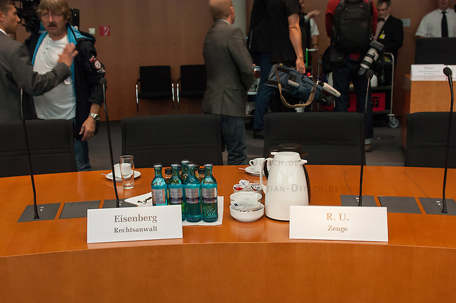 NSA Untersuchungsausschuss am 25. September 2014.<br /> Rechts im Bild: Sitzplatz eines Zeugen des Bundesnachrichtendienst BND, der ueber die Kooperation des BND und des NSA aussagen soll. Er hat allerdings nur eine begrenzte Aussageerlaubnis bekommen, was etliche Ausschussmitglieder empoerte. Als Beistand hat er den fuer seine aufbrausende Art bekannten Berliner Rechtsanwalt Johannes Eisenberg dabei.<br /> 25.9.2014, Berlin<br /> Copyright: Christian-Ditsch.de<br /> [Inhaltsveraendernde Manipulation des Fotos nur nach ausdruecklicher Genehmigung des Fotografen. Vereinbarungen ueber Abtretung von Persoenlichkeitsrechten/Model Release der abgebildeten Person/Personen liegen nicht vor. NO MODEL RELEASE! Don't publish without copyright Christian-Ditsch.de, Veroeffentlichung nur mit Fotografennennung, sowie gegen Honorar, MwSt. und Beleg. Konto: I N G - D i B a, IBAN DE58500105175400192269, BIC INGDDEFFXXX, Kontakt: post@christian-ditsch.de<br /> Urhebervermerk wird gemaess Paragraph 13 UHG verlangt.]