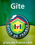 Frankreich, Bourgogne-Franche-Comté, Département Jura, Hinweisschild auf Herbergen der Gîtes de France | France, Bourgogne-Franche-Comté, Département Jura, signs for accomodation 'Gîtes de France'