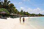 MUS, Mauritius, Poste de Flacq, Belle Mare Plage Resort: Paar spaziert am Strand | MUS, Mauritius, Poste de Flacq, Belle Mare Plage Resort: couple walking, beach
