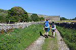 Great Britain, England, North Yorkshire, near Arncliffe: Hikers in the Yorkshire Dales National Park