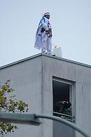 Am Freitag den 17. Oktober 2014 wurde der 46. jaehrige Ali M. (im Bild) mit seinem Blumenladen in der Falkenseer Chaussee 239 in Berlin-Spandau von der EDEKA-Reichelt Gruppe zwangsgeraeumt. Trotz Gespraechsangeboten durch den Blumenladenbesitzer und Freunde, war die Marktleiterin nicht zu einem Einlenken zu ueberreden.<br /> Nachdem der Gerichtsvollzieher die Raeumung vollzogen hatte, ging der Mann auf das Dach eines nahegelegenen Wohnhauses und drohte damit Suizid zu begehen. Die Polizei war mit einem Sondereinsatzkommando (SEK) im Einsatz (im Bild unten im Fenster.<br /> 17.10.2014, Berlin<br /> Copyright: Christian-Ditsch.de<br /> [Inhaltsveraendernde Manipulation des Fotos nur nach ausdruecklicher Genehmigung des Fotografen. Vereinbarungen ueber Abtretung von Persoenlichkeitsrechten/Model Release der abgebildeten Person/Personen liegen nicht vor. NO MODEL RELEASE! Don't publish without copyright Christian-Ditsch.de, Veroeffentlichung nur mit Fotografennennung, sowie gegen Honorar, MwSt. und Beleg. Konto: I N G - D i B a, IBAN DE58500105175400192269, BIC INGDDEFFXXX, Kontakt: post@christian-ditsch.de<br /> Urhebervermerk wird gemaess Paragraph 13 UHG verlangt.]