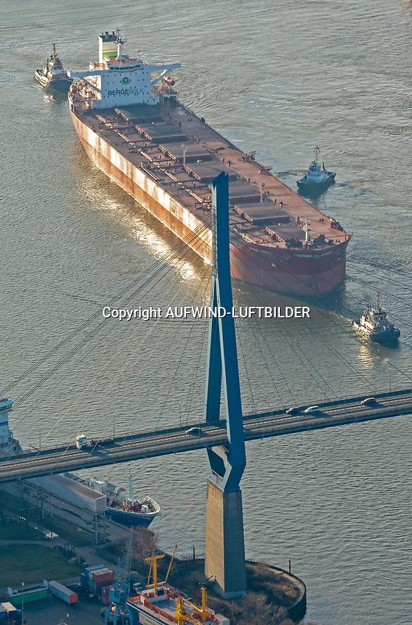 Köhlbrandbrücke mit Seeschiff: EUROPA, DEUTSCHLAND, HAMBURG, (EUROPE, GERMANY), 31.12.2013: Köhlbrandbrücke mit Seeschiff