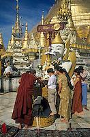 Asie/Birmanie/Myanmar/Yangon: Pagode Paya Shwedagon - la toilette de Bouddha