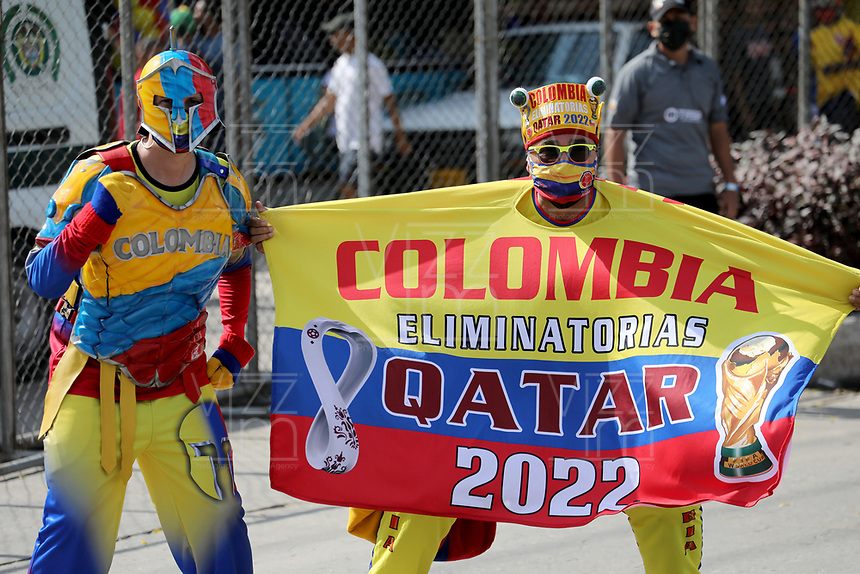 BARRANQUILLA – COLOMBIA, 09-09-2021: Hinchas de Colombia (COL) animan a su equipo, durante partido entre los seleccionados de Colombia (COL) y Chile (CHI), de la fecha 9 por la clasificatoria a la Copa Mundo FIFA Catar 2022, jugado en el estadio Metropolitano Roberto Melendez en la ciudad de Barranquilla. / Fans of Colombia cheer for their team, during match between the teams of Colombia (COL) and Chile (CHI), of the 9th date for the FIFA World Cup Qatar 2022 Qualifier, played at Metropolitan stadium Roberto Melendez in Barranquilla city. Photo: VizzorImage / Jairo Cassiani / Cont.