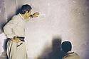 Irak 1991  Dans une cellule du quartier général de la sécurité irakienne à Suleimania, graffitis sur le mur   Iraq 1991  In the head quarter of Iraqi security in Suleimania, graffitis on the wall of a cell