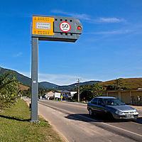 Radar de fiscalização eletrônica de velocidade na Rodovia BR-101. Cachoeiras de Macacu. Rio de Janeiro. 2011. Foto de Rogerio Reis..