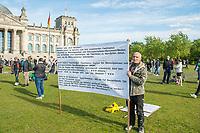 """Mehrere hundert Menschen versammelten sich nach einem anonymen Aufruf im Internet auf der Wiese vor dem Reichstagsgebaeude (Platz der Republik) um gegen die Einschraenkungen des oeffentlichen Lebens zur Eindaemmung der Covid-19-Pandemie zu protestieren. Unter ihnen viele Hooligans, Rechtsextreme, Anhaenger von Verschwoerungstheorien und Esoteriker. Sie riefen in Sprechchoeren """"Wir sind das Volk"""", """"Freiheit, Freiheit"""".<br /> Die Polizei versuchte, zunaechst erfolglos, die Menschen zum verlassen des Platzes zu bewegen. Ein Kamerateam der ARD wurde von einem Hooligan angegriffen. Dieser und andere aggressive Personen wurden festgenommen. Nach ca. 1 1/2 Stunden raeumte die Polizei den Platz.<br /> 6.5.2020, Berlin<br /> Copyright: Christian-Ditsch.de<br /> [NUR FUER REDAKTIONELLE ZWECKE! Werbung nur auf Anfrage beim Fotografen. Inhaltsveraendernde Manipulation des Fotos nur nach ausdruecklicher Genehmigung des Fotografen. Vereinbarungen ueber Abtretung von Persoenlichkeitsrechten/Model Release der abgebildeten Person/Personen liegen nicht vor. NO MODEL RELEASE! Don't publish without copyright Christian-Ditsch.de, Veroeffentlichung nur mit Fotografennennung, sowie gegen Honorar, MwSt. und Beleg. Konto: I N G - D i B a, IBAN DE58500105175400192269, BIC INGDDEFFXXX, Kontakt: post@christian-ditsch.de<br /> Bei der Bearbeitung der Dateiinformationen darf die Urheberkennzeichnung in den EXIF- und  IPTC-Daten nicht entfernt werden, diese sind in digitalen Medien nach §95c UrhG rechtlich geschuetzt. Der Urhebervermerk wird gemaess §13 UrhG verlangt.]"""