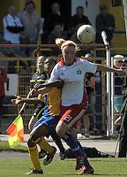 Fussball, 2. Bundesliga, Frauen. Lok Leipzig gegen HSV II. im Bild: Hamburgs Nina Brueggemann nimmt Safi Nyembo den Ball ab. .Foto: Alexander Bley