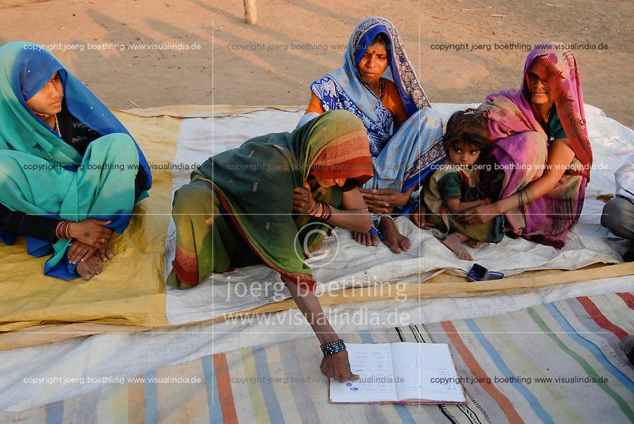 INDIA Madhya Pradesh, rural women bank in village, illiterate woman sign with thumb print  / INDIEN Madhya Pradesh , Frauensparkasse nach dem Vorbild der Grameen Bank in einem Dorf