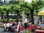 Italien, Lombardei, Comer See, Bellagio: Menschen im Cafe | Italy, Lombardia, Lake Como, Bellagio: people at cafe