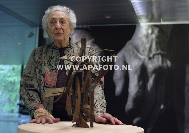 kroller mueler 170503 de beeldhouwster pearl perlmutter op haar eigen tentoonstelling in het kroller mueler. voorgrond compositie in ijzer op de achtergrond haar eigen handen.<br /> foto frans ypma APA-foto
