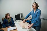 Hadije Hulaj, 46 Jahre alt, Krankenschwester<br /> aus Prizren, ist unter den<br /> zwölf Kosovarinnen und Kosovaren, die<br /> bald einen Job in einem Altenheim in<br /> Deutschland antreten dürfen. .Es ist erst<br /> mal nur ein bezahltes Praktikum, sechs<br /> Monate lang. Doch die Aussichten auf<br /> eine Stelle sind gut. Es wäre ihre erste<br /> Vollzeitstelle seit 14 Jahren. /  Hadije Hulaj giving first aid  instructions at the Red Cross center in the town of Prizren