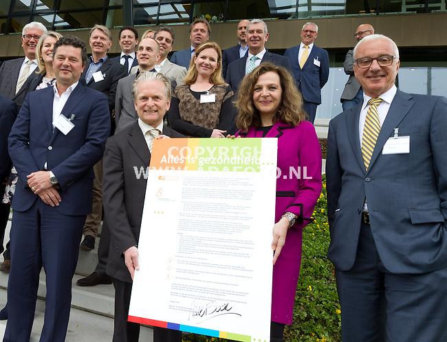 Arnhem, 230415<br /> 40 jarig bestaan fonds gehandicaptensport, minister Schippers en allemaal hoge figuren uit het bedrijfsleven die dat fonds steunen.j<br /> Ze hebben een convenant gesloten.<br /> Foto: Sjef Prins - APA Foto