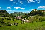 Frankreich, Bourgogne-Franche-Comté, Département Jura, Salins-les-Bains: Stadt im Tal der Furieuse, die frueher von der Salzgewinnung lebte und heute einen sanften Tourismus foerdert und ein eigenes Sole Thermalbad hat. Die Grosse Saline von Salins-les-Bains wurde 2009 von der UNESCO zum Weltkulturerbe ernannt. Links oben das Fort Saint-André und rechts das Fort Belin | France, Bourgogne-Franche-Comté, Département Jura, Salins-les-Bains: hot spring resort with termal bath in Furieuse Valley. La Grande Saline - a museum of salt - is a UNESCO World Heritage Site since 2009. Upper left Fort Saint-André and right Fort Belin