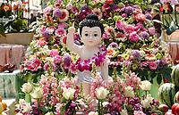 Nederland - Amsterdam - 2019. Boeddhadag in de Nieuwmarktbuurt in Amsterdam. Viering van de geboorte van Boeddha. Ceremonie op de Nieuwmarkt. Boeddha beeld tussen bloemen.      Foto Berlinda van Dam / Hollandse Hoogte