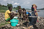 CAR, Bangui: A family is opening a kind of Oysters from the Oubangui river. They eat it and sell it as well in the market. 20th April 2016<br /> <br /> RCA, Bangui: une familles ouvre une sorte d'huitres du fleuvre OUbangui. Ils en mangent et en vendent au marché.  20 avril 2016.