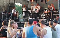 Trebur 08.08.2020: Treburer Kultursommer<br /> Music Monks treten auf mit den Hits von SEED und Peter Fox und sorgen für gute Laune<br /> Foto: Vollformat/Marc Schüler, Schäfergasse 5, 65428 R'heim, Fon 0151/11654988, Bankverbindung KSKGG BLZ. 50852553 , KTO. 16003352. Alle Honorare zzgl. 7% MwSt.