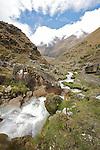 hike downhill above the salkantay river.descente le long de la rivière Salkantay..