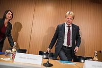 """Vorstellung des DGB-Index """"Gute Arbeit"""" am Mittwoch den 15. November 2017 in Berlin.<br /> Mit dem DGB-Index """"Gute Arbeit"""" zeigt der Deutsche Gewerkschaftsbund (DGB) einen umfassenden Ueberblick über die Befragungsergebnisse des Inifes-Institut zum Thema digitale und analoge Arbeit, die Folgen der Digitalisierung für die Arbeitssituation und betrachtet Zusammenhaenge mit der Vereinbarkeit von Arbeit und Familie.<br /> In dem Index wird u.a. deutlich, dass sich Beschaeftigte, die mit digitalen Mitteln arbeiten, haeufiger Sorgen um die Zukunft ihres Arbeitsplatzes machen. Vor allem bei gering Qualifizierten und Geringverdienern sind diese Aengste ausgepraegter. Hinsichtlich der psychischen Arbeitsanforderungen zeigen sich Zusammenhaenge mit einem staerkeren Zeit- und Termindruck, mit Arbeitsverdichtung sowie haeufigeren Stoerungen und Unterbrechungen.<br /> Im Bild vlnr.: Marion Knappe, DGB-Sprecherin; Reiner Hoffman, DGB-Vorsitzender.<br /> 15.11.2017, Berlin<br /> Copyright: Christian-Ditsch.de<br /> [Inhaltsveraendernde Manipulation des Fotos nur nach ausdruecklicher Genehmigung des Fotografen. Vereinbarungen ueber Abtretung von Persoenlichkeitsrechten/Model Release der abgebildeten Person/Personen liegen nicht vor. NO MODEL RELEASE! Nur fuer Redaktionelle Zwecke. Don't publish without copyright Christian-Ditsch.de, Veroeffentlichung nur mit Fotografennennung, sowie gegen Honorar, MwSt. und Beleg. Konto: I N G - D i B a, IBAN DE58500105175400192269, BIC INGDDEFFXXX, Kontakt: post@christian-ditsch.de<br /> Bei der Bearbeitung der Dateiinformationen darf die Urheberkennzeichnung in den EXIF- und  IPTC-Daten nicht entfernt werden, diese sind in digitalen Medien nach §95c UrhG rechtlich geschuetzt. Der Urhebervermerk wird gemaess §13 UrhG verlangt.]"""