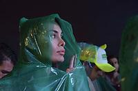 BOGOTA - COLOMBIA, 27-05-2018: Seguidores de Sergio Fajardo escuchan atentamente el discurso de Apoyo y agradecimiento de este. Las elecciones presidenciales de Colombia de 2018 se celebrarán el domingo 27 de mayo de 2018. El candidato ganador gobernará por un periodo máximo de 4 años fijado entre el 7 de agosto de 2018 y el 7 de agosto de 2022. / Followers of Sergio Fajardo listen the support speech . Colombia's 2018 presidential election will be held on Sunday, May 27, 2018. The winning candidate will govern for a maximum period of 4 years fixed between August 7, 2018 and August 7, 2022. Photo: VizzorImage / Nicolas Aleman / Cont