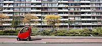 Nederland Zaandam 2017 04 22 . Oudere man rijdt  in een overdekte scootmobiel langs een flat in Hoornseveld. Foto Berlinda van Dam / Hollandse Hoogte