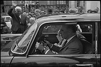 7 Juillet 1969. Vue de Georges Pompidou dans les rues de Cajarc au milieu de la foule.