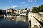 Great Britain, England, Surrey, Richmond: View over River Thames at Richmond | Grossbritannien, England, Surrey, Richmond: Menschen geniessen die letzten Sonnenstrahlen am Ufer der Themse