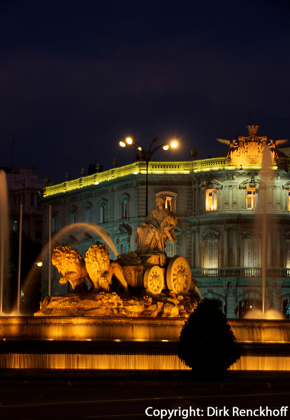Cibeles-Brunnenauf der Plaza Cibeles in Madrid, 18.Jh Darstellung der Göttin Kybele, Spanien