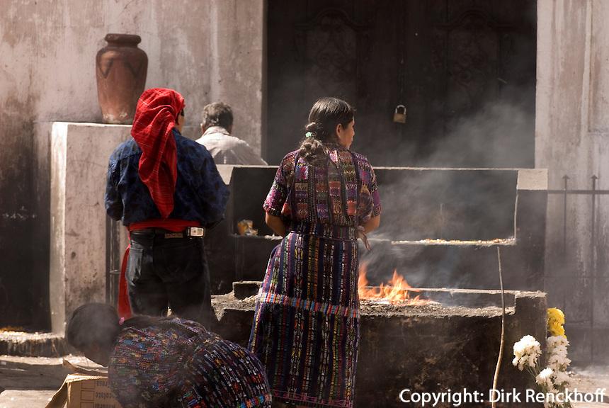 Guatemala, schamanistische Zeremonie auf dem Friedhof in Chichicastenango