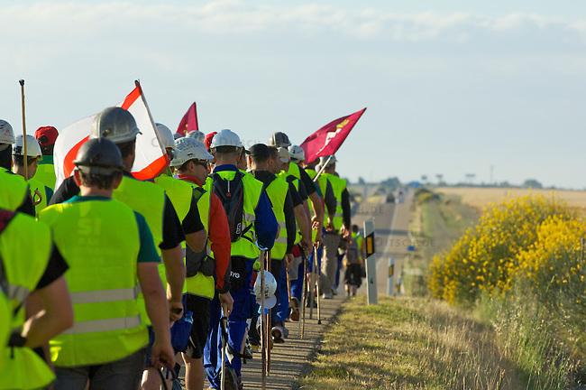"""Bergarbeiterstreik in Spanien.<br /> Bergarbeiter auf dem """"Marcha Negra"""" - der schwarze Marsch (schwarz wegen der Farbe der Kohle) - nach Madrid. Sie wollen mit diesem Marsch die Regierung dazu bringen die 63%ige Kuerzung der Bergbaufoerdeung zurueck zu nehmen.<br /> 30.6.2012, Benavente/Spanien<br /> Copyright: Christian-Ditsch.de<br /> [Inhaltsveraendernde Manipulation des Fotos nur nach ausdruecklicher Genehmigung des Fotografen. Vereinbarungen ueber Abtretung von Persoenlichkeitsrechten/Model Release der abgebildeten Person/Personen liegen nicht vor. NO MODEL RELEASE! Nur fuer Redaktionelle Zwecke. Don't publish without copyright Christian-Ditsch.de, Veroeffentlichung nur mit Fotografennennung, sowie gegen Honorar, MwSt. und Beleg. Konto: I N G - D i B a, IBAN DE58500105175400192269, BIC INGDDEFFXXX, Kontakt: post@christian-ditsch.de<br /> Bei der Bearbeitung der Dateiinformationen darf die Urheberkennzeichnung in den EXIF- und  IPTC-Daten nicht entfernt werden, diese sind in digitalen Medien nach §95c UrhG rechtlich geschuetzt. Der Urhebervermerk wird gemaess §13 UrhG verlangt.]"""