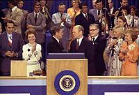 Le président Gerald Ford serrant la main de Ronald Reagan (1976). Bob Dole à l'extrême gauche et la femme de Ronald Reagan entre les deux. Nelson Rockefeller à la droite de Ford suivi de Susan Ford et de la femme du président Betty Ford.le 19 aout 1976<br /> <br /> <br /> 19 August 1976 - President Gerald Ford, as the Republican nominee, shakes hands with nomination foe Ronald Reagan on the closing night of the 1976 Republican National Convention. Vice-Presidential Candidate Bob Dole is on the far left, then Nancy Reagan, Governor Ronald Reagan is at the center shaking hands with President Gerald Ford, Vice-President Nelson Rockefeller is just to the right of Ford, followed by Susan Ford and First Lady Betty Ford.