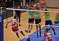 Volley Team Menen - Hotvolleys Wenen : het menense driemansblok van Jeroen Balduyck (links) , Jelle Sinnesael (midden) en Aljosa Urnaut (rechts) blokken succesvol de poging van Mathias Kienbauer af <br /> foto VDB / Bart Vandenbroucke