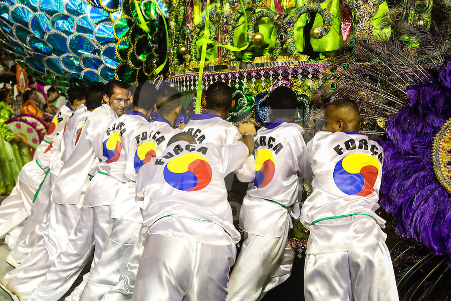 SAO PAULO, SP, 10 FEVEREIRO 2013 - CARNAVAL SP - UNIDOS DE VILA MARIA  - Integrantes da escola de samba Unidos de Vila Maria durante desfile no segundo dia do Grupo Especial no Sambódromo do Anhembi na região norte da capital paulista, na madrugada deste domingo, 10. (FOTO: WILLIAM VOLCOV / BRAZIL PHOTO PRESS).