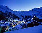 Switzerland, Canton Valais, Sass-Fee: international wintersport resort, evening | Schweiz, Kanton Wallis, Saas-Fee: internationaler Wintersportort, abends