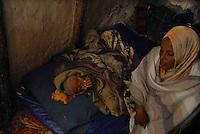 Addis Abeba,Etiopia. Figlia cura la propria amdre ammalata..Daughter looks after her sick mother