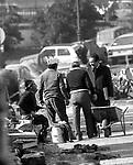 ENRICO BERLINGUER  CON ALCUNI OPERAI A PIAZZA AUGUSTO IMPERATORE  ROMA 1983