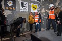 """Tunneldurchbruch am U-Bahnhof Brandenburger Tor<br /> Mit dem Projekt """"Lueckenschluss U5"""" wurde am Mittwoch den 22. Maerz 2017 in Berlin die Linie der U5 mit der Linie U55 verbunden.<br /> Im Beisein vom Regierenden Buergermeister Michael Mueller und der Vorstandsvorsitzenden den Berliner Verkehrsbetriebe (BVG) Sigrid Evelyn Nikutta wurde der ca. 1,7 Kilometer lange Tunnel am U-Bahnhof Brandenburger Tor durchbrochen.<br /> Im Bild vlnr.: Buergermeister Michael Mueller; die BVG-Vorstandsvorsitzende Sigrid Evely Nikutta; Joerg Seegers, Geschaeftsfuehrer Technik der Projektrealisierungs GmbH U5; Stefan Roth, Geschaeftsleitung der verantwortlichen Baufirma Implenia und Ute Bonde, Geschäftsfuehrerin Finanzen, Projektrealisierungs GmbH U5.<br /> 22.3.2017, Berlin<br /> Copyright: Christian-Ditsch.de<br /> [Inhaltsveraendernde Manipulation des Fotos nur nach ausdruecklicher Genehmigung des Fotografen. Vereinbarungen ueber Abtretung von Persoenlichkeitsrechten/Model Release der abgebildeten Person/Personen liegen nicht vor. NO MODEL RELEASE! Nur fuer Redaktionelle Zwecke. Don't publish without copyright Christian-Ditsch.de, Veroeffentlichung nur mit Fotografennennung, sowie gegen Honorar, MwSt. und Beleg. Konto: I N G - D i B a, IBAN DE58500105175400192269, BIC INGDDEFFXXX, Kontakt: post@christian-ditsch.de<br /> Bei der Bearbeitung der Dateiinformationen darf die Urheberkennzeichnung in den EXIF- und  IPTC-Daten nicht entfernt werden, diese sind in digitalen Medien nach §95c UrhG rechtlich geschuetzt. Der Urhebervermerk wird gemaess §13 UrhG verlangt.]"""