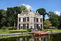 Nederland Nieuwersluis - 2020. De buitenplaats Rupelmonde is gesticht door de Vlaming A. van Ghesel. Rupelmonde was in eerste instantie een sobere herenhofstede. Na een ingrijpende verbouwing in 1768 in opdracht van Jacob Berthon kreeg het buiten een uitstraling met meer allure. Zowel het exterieur als het interieur werd verfraaid met elementen in Lodewijk XIV- en XV-stijl. Het koetshuis stamt uit de 18de eeuw en is een typisch voorbeeld van Hollandse barok. In 1924 werd het verbouwd tot woning. Dit buitenhuis is privebezit. Foto Berlinda van Dam / Hollandse Hoogte