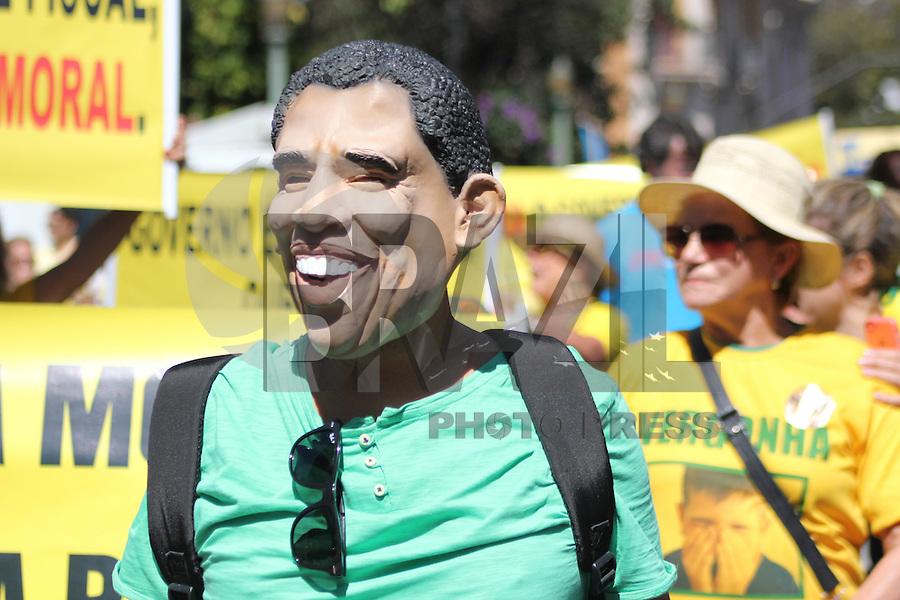 BELO HORIZONTE, MG, 16.08.2015 - PROTESTO-DILMA - Ato contra o governo Dilma Rousseff (Partido dos Trabalhadores) na Praça da Liberdade, em Belo Horizonte, Minas Gerais, neste domingo, 16. (Foto: Doug Patricio / Brazil Photo Press)