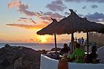 Spain, Canary Island, Lanzarote, bei Playa Blanca: Sunset over cafe at Playa del Papagayo | Spanien, Kanarische Inseln, Lanzarote, bei Playa Blanca: Sonnenuntergang und Cafe am Playa del Papagayo
