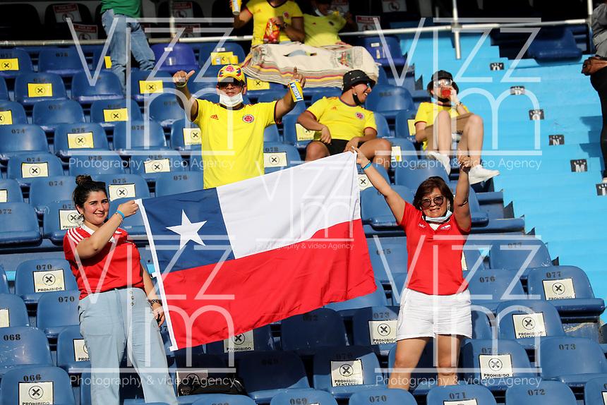 BARRANQUILLA – COLOMBIA, 09-09-2021: Hinchas de Chile (CHI) animan a su equipo, durante partido entre los seleccionados de Colombia (COL) y Chile (CHI), de la fecha 9 por la clasificatoria a la Copa Mundo FIFA Catar 2022, jugado en el estadio Metropolitano Roberto Melendez en Barranquilla. / Fans of Chile (CHI) cheer for their team, during match between the teams of Colombia (COL) and Chile (CHI), of the 9th date for the FIFA World Cup Qatar 2022 Qualifier, played at Metropolitan stadium Roberto Melendez in Barranquilla. / Photo: VizzorImage / Jairo Cassiani / Cont.