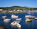 Ireland, County Wicklow, Greystones: view over harbour to Wicklow Mountains and Great Sugar Loaf | Irland, County Wicklow, Greystones: Blick ueber den Hafen zu den Wicklow Mountains und Great Sugar Loaf