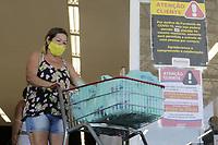 Campinas (SP), 25/03/2021 - Medidas Covid-19 - Informativo na entrada de supermercado. A Prefeitura de Campinas anunciou que vai restringir a entrada em supermercados, padarias e outros servicos alimenticios a uma pessoa por familia. A medida sera valida a partir de sexta-feira (26) e faz parte de uma serie de restricoes, que incluem tambem a barreira sanitaria acordada entre as 20 cidades da RMC (Regiao Metropolitana de Campinas). (Foto: Denny Cesare/Codigo 19/Codigo 19)
