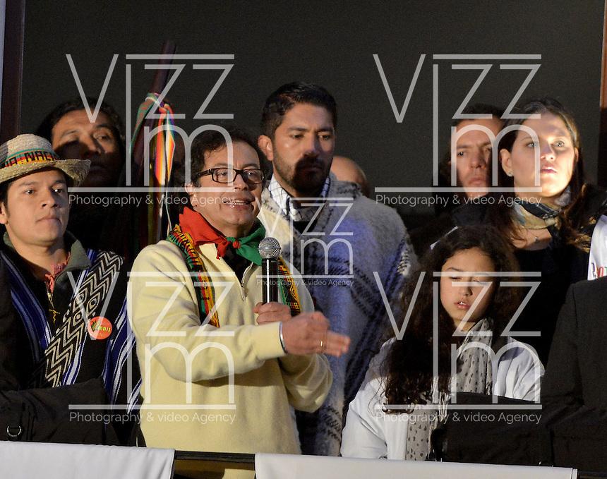 BOGOTÁ -COLOMBIA. 13-12-2013. , Gustavo Petro, el destituido alcalde de Bogotá se dirige a sus seguidores que se reunenieron en la Plaza de Bolívar, hoy 13 de diciembre, frente al Palacio de Liévano para rechazar la decisión de la procuraduría General de la Nacion que deja a la capital de Colombia sin gobernante./ Gustavo Petro, removed mayor of Bogota speaks to his supporters who met at Bolivar square, today  December 13, in front of Lievano Palace to protest for the decision of the General Attorney of Nation thet let thecolombian capital without mayor. Photo: VizzorImage/Gabriel Aponte/ Str