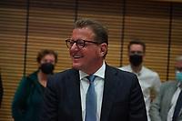 Stefan Sauer (CDU) beobachtet die Stimmauszählung im Georg-Büchner-Saal  - Gross-Gerau 26.09.2021: Ergebnisse Bundestagswahl im Kreistag