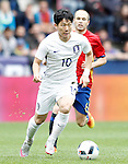 Spain's Andres Iniesta (r) and South Korea's Taehee Nam during friendly match. June 1,2016.(ALTERPHOTOS/Acero)