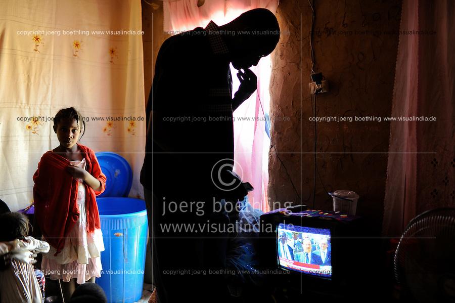 NIGER Niamey, Haus von malischen Fluechtlingen, im Fernsehen laufen Nachrichten mit François Hollande zum Krieg in Mali /.NIGER Niamey, malian refugees watching TV with news with François Hollande and the war in Mali