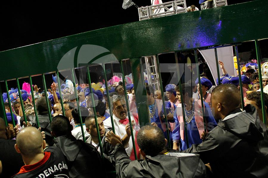 SÃO PAULO, SP, 04 DE MARÇO DE 2011 - CARNAVAL 2011 - Integrantes da Escola Rosas de Ouro agridem imprensa após desfile do primeiro dia das escolas do Grupo Especial de São Paulo, no Sambódromo do Anhembi, zona norte da capital paulista, nesta sexta-feira. (FOTO: VANESSA CARVALHO / NEWS FREE).