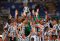 Calcio, Supercoppa di Lega: Juventus vs Lazio. Roma, stadio Olimpico, 18 agosto 2013<br /> Juventus goalkeeper Gianluigi Buffon holds up the Italian League Supercup trophy at the end of the football final match between Juventus and Lazio, at Rome's Olympic stadium,  18 August 2013. Juventus won 4-0.<br /> UPDATE IMAGES PRESS/Riccardo De Luca