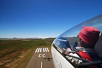 Cockpit: AFRIKA, SUEDAFRIKA, 22.12.2007: Suedafrika,  Gariep, Flugzeugschlepp, Seil, ziehen, Schleppen, Flugplatz, Gariepdam, Flugzeug, Segelflugzeug, fliegen, Karoo, Wueste, Cockpit, Mann, Aussenansicht, Haube, Duo Diskus, Doppelsitzer,  Instrumente, Luftbild, Luftansicht, Aufwind-Luftbilder